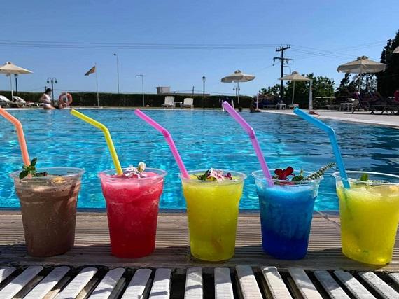 Δροσιά με μοναδικές γεύσεις γρανίτας στην πισίνα του ξενοδοχείου Νεφέλη